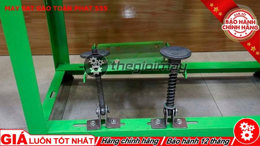 Chỗ gắn động cơ máy xát gạo Toàn Phát 555