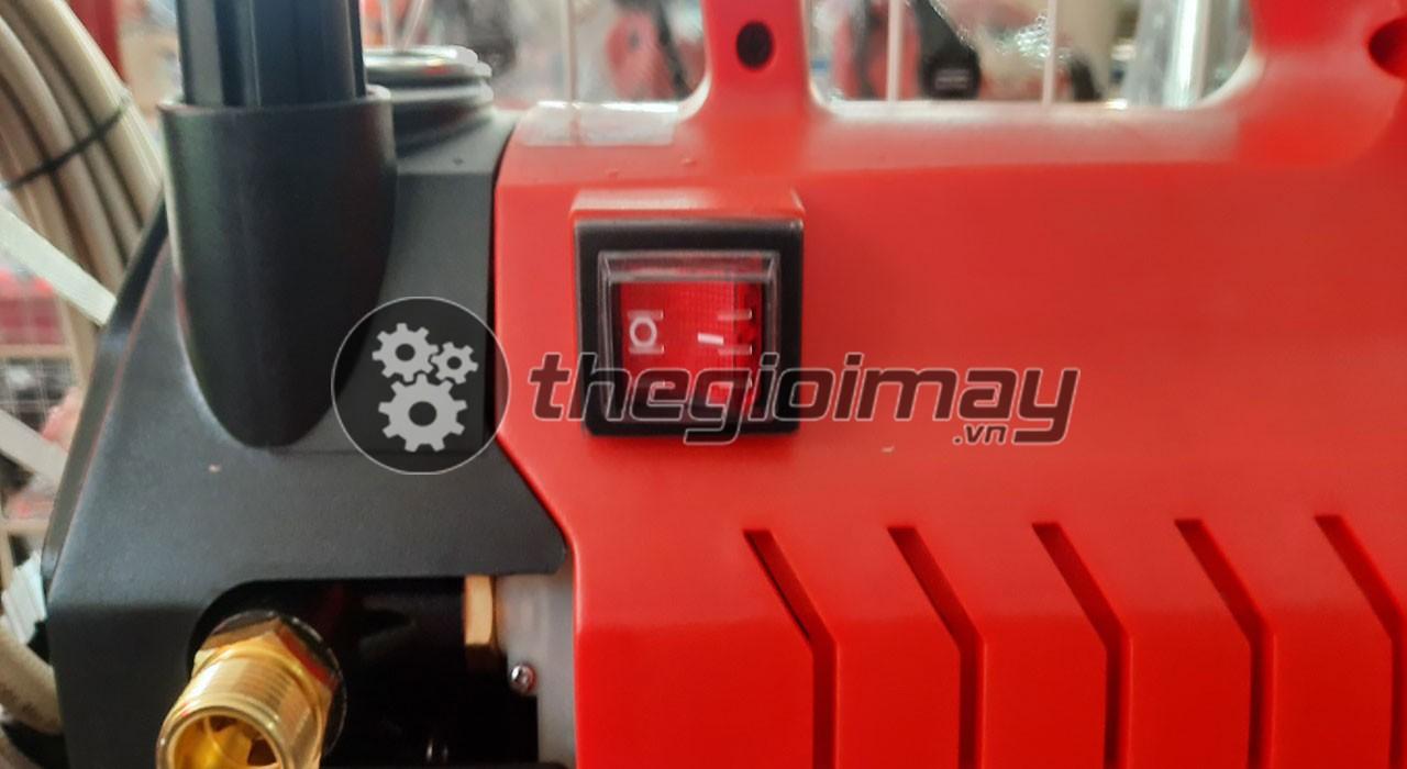 Công tắc khởi động của máy rửa xe OS-190C nằm bên hông máy