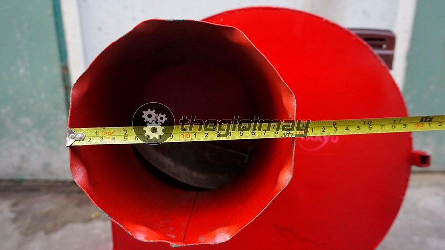 Máy băm chuối Takyo TK 55với đường kính toa nạp nguyên liệu rộng lên đến 19cm giúp bà con có thể băm nhuyễn được thân cây chuối to
