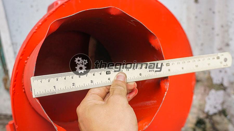 Máy băm chuối Takyo TK 1500 với đường kính toa nạp nguyên liệu rộng lên đến 19cm giúp bà con có thể băm nhuyễn được thân cây chuối to