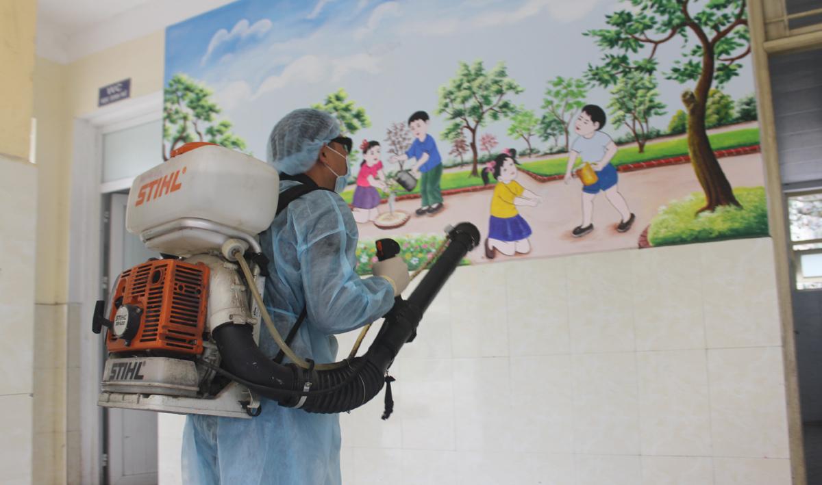 Phun thuốc khử trùng phòng chống dịch bệnh tại trường học